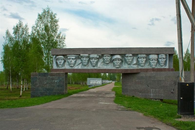Центральный вход в мемориальный комплекс «Рыленки».