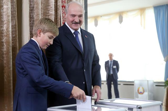 Президент Белоруссии Александр Лукашенко с сыном Николаем на избирательном участке №1 Центрального района Минска во время выборов президента Белоруссии, 2015 год.