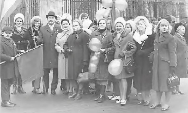 1971 год. Праздник 1 Мая. Владимир Дорофеенко (третий слева в шляпе) с сотрудницами 3-й клинической больницы на демонстрации.