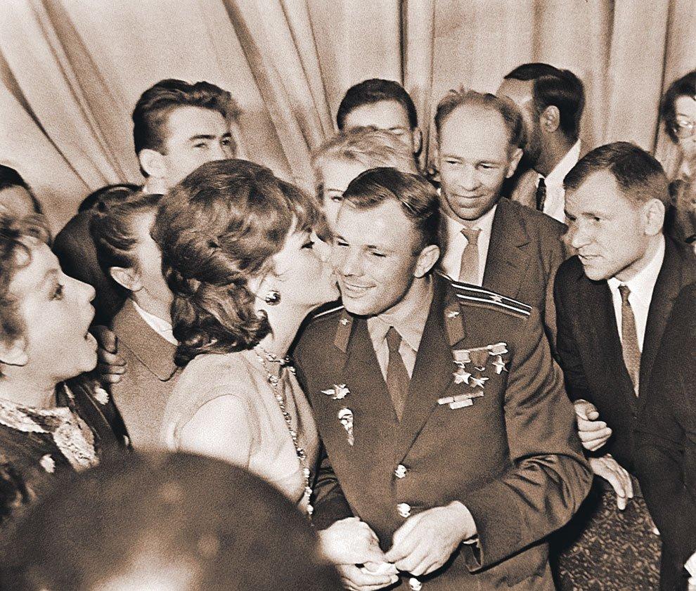 1961 г. Лоллобриджида на встрече с Гагариным в Москве. Тот самый поцелуй, после которого желтая пресса выдумала несуществующий роман.
