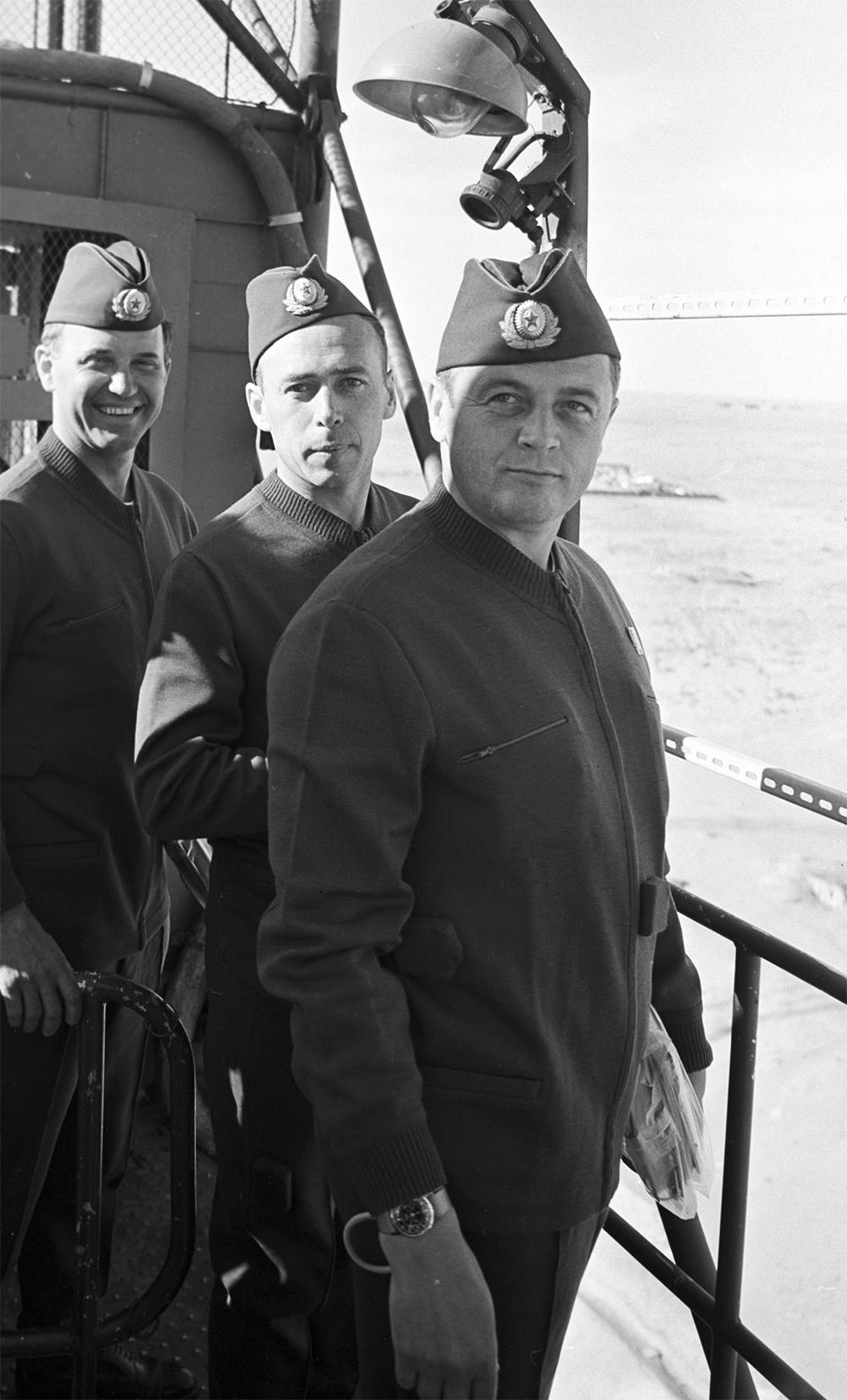 Экипаж космического корабля «Союз-11» (слева направо): командир корабля Георгий Добровольский, инженер-испытатель Виктор Пацаев и бортинженер Владислав Волков на космодроме Байконур перед полётом.