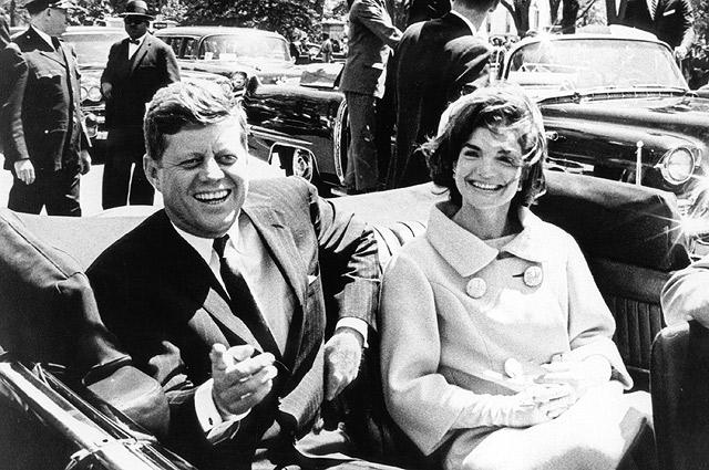 Джон и Жаклин Кеннеди в президентском лимузине.