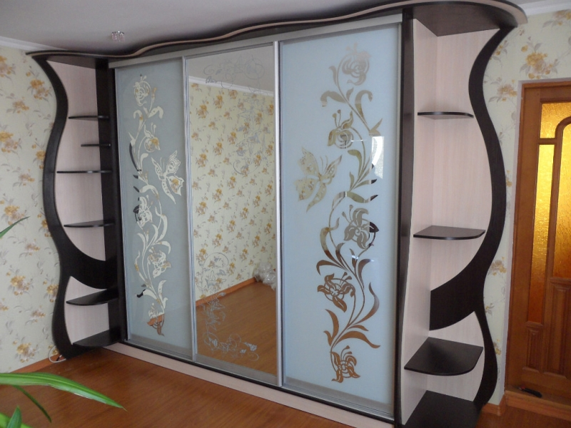Шкаф-купе с крыльями бабочки
