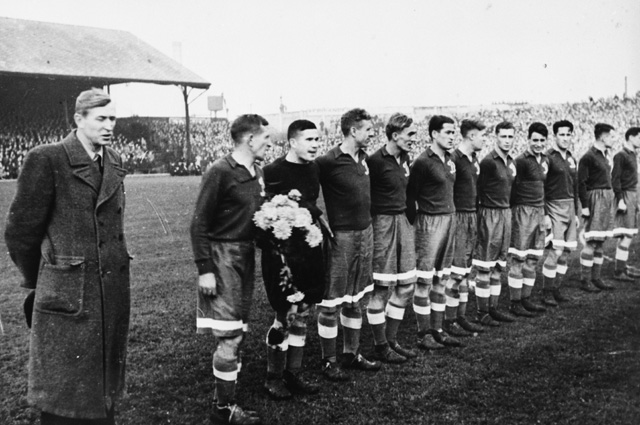 Команда «Динамо» перед игрой с футболистами «Челси», 1945 год.