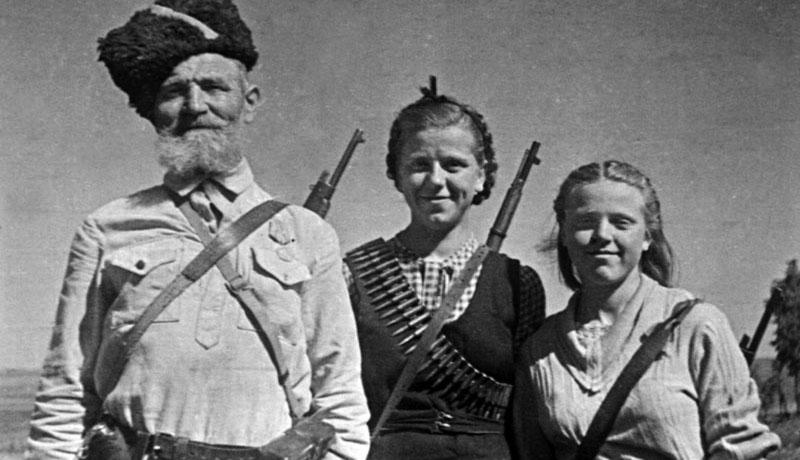 Семья Ридлевских из д. Черея Чашникского района: Никифор (Ничипор) Терентьевич и его дочери Ольга и Зинаида.