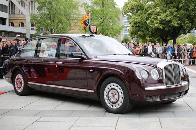 машина королевыЕлизавета II и Принц Филипп в Bentley State Limousine.