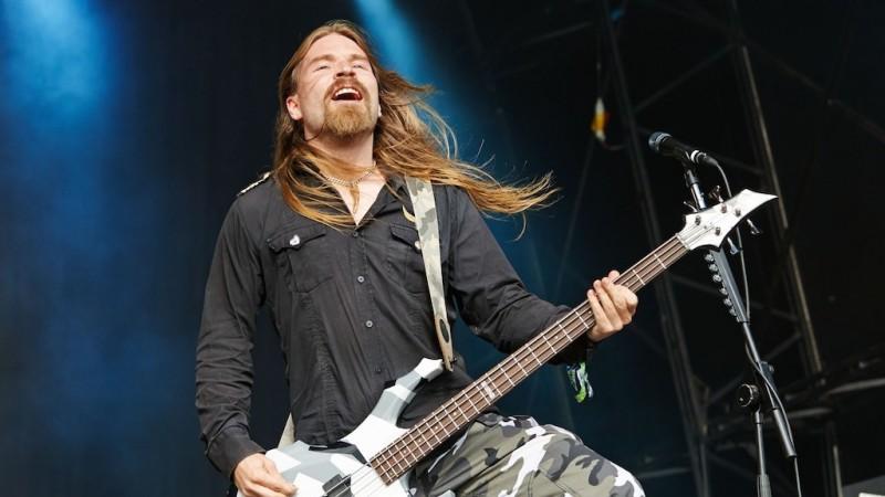На фото бас-гитарист Sabaton Пэр СУНДСТРЁМ