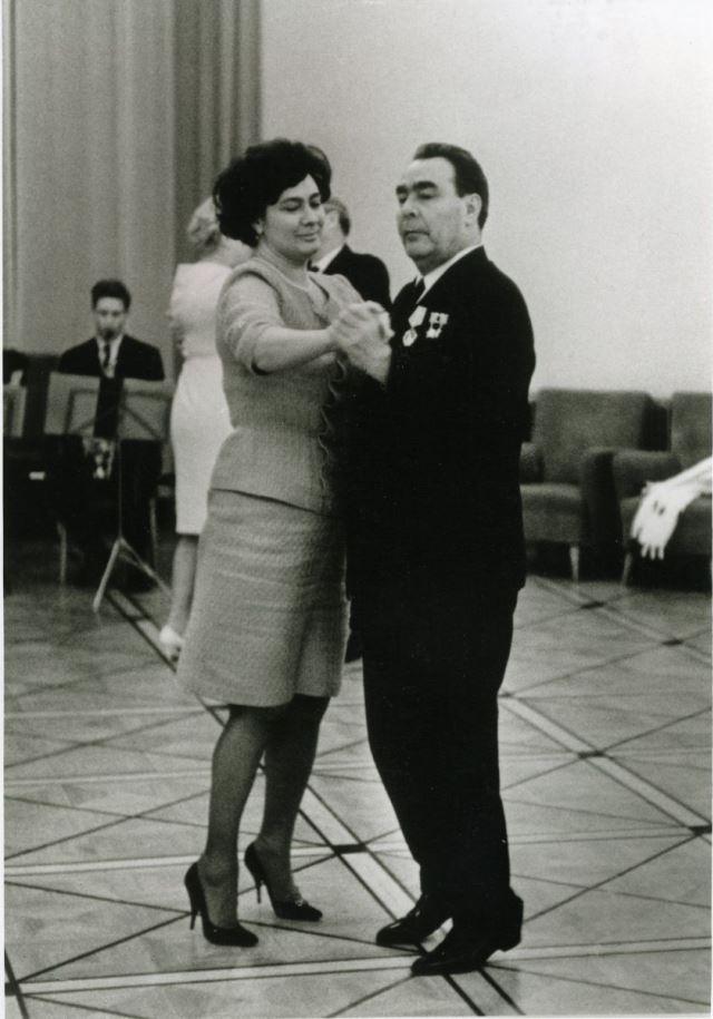 В молодости Леонид Ильич танцевать не умел. А в 60 лет вовсю вальсировал с дочерью Галиной на приемах.