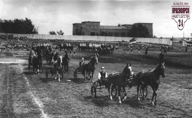 Конные скачки на старом красноярском ипподроме на месте будущего стадиона «Динамо», 1920-е годы.