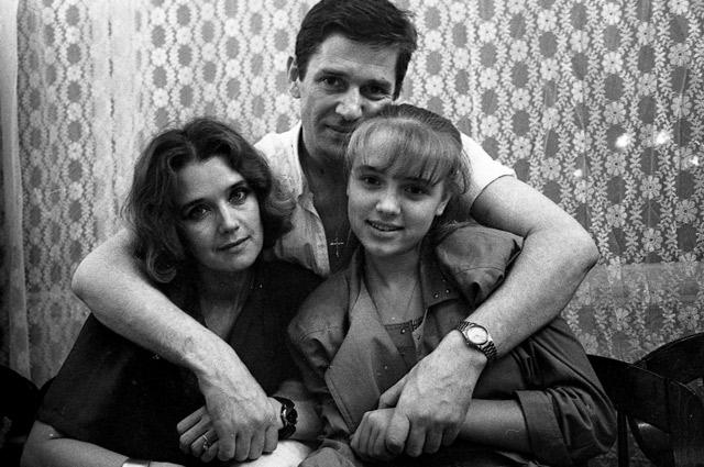 В советские времена Абдулов с Алферовой и дочерью Ксенией были единственной «звездной» семьей, показавшей публике свое счастье.