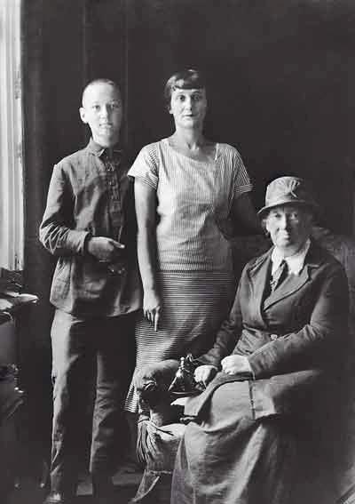 ахматоваЛев Гумилёв с матерью Анной Ахматовой и бабушкой А. И. Гумилёвой. Середина 1920-х гг.