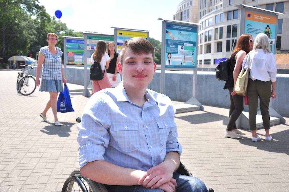 На фото: герой проекта «Новополоцк – от инклюзивной школы до инклюзивному городу» Даниил Совенок.
