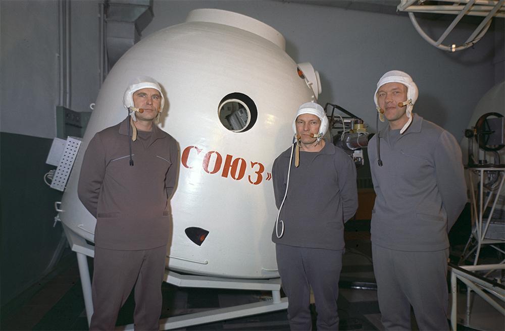 Члены экипажа космического корабля «Союз-10» (слева направо): командир корабля Владимир Шаталов, инженер-испытатель Николай Рукавишников и бортинженер Алексей Елисеев. 1 апреля 1971 года.