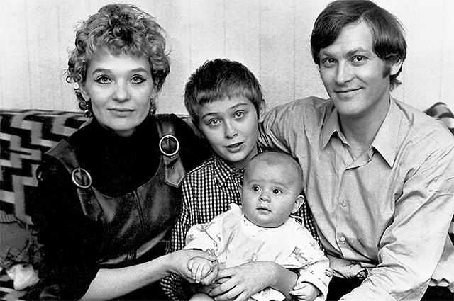Светлана Светличная с мужем Владимиром Ивашовым и сыновьями Алексеем (старший) и Олегом. Начало 1970-х.