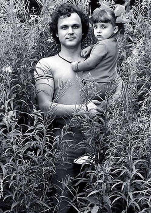 Поначалу боялся даже держать дочь на руках, а потом безбожно баловал.