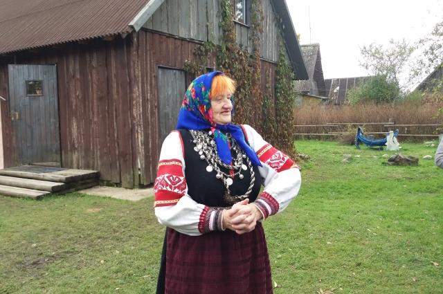 Бабушка Эме очень интересно, с шутками-прибаутками, рассказывает историю своего народа.