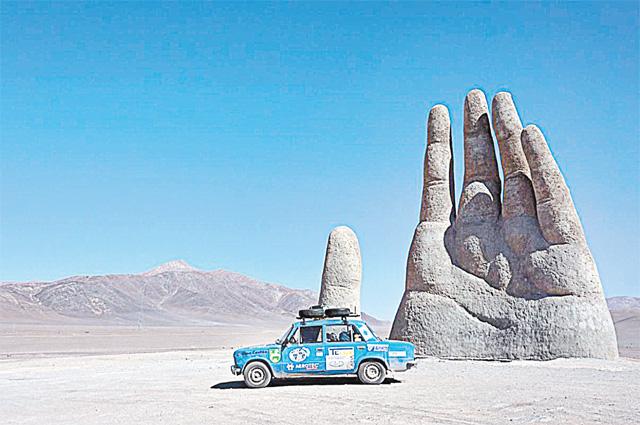 «Рука пустыни» - скульптура в Чили.