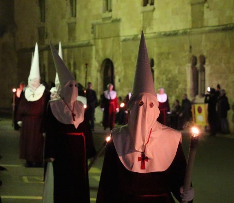 Позднее шествие в старом городе.