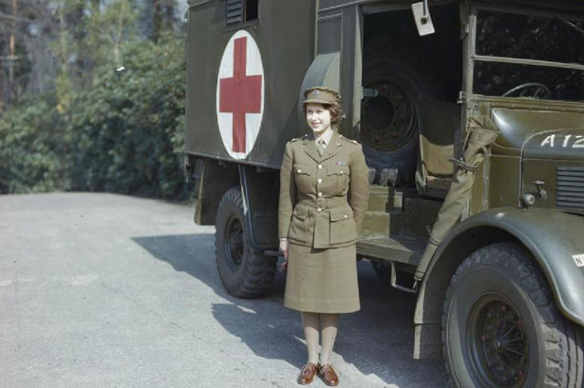 Елизавета у военного грузовика Austin K2/Y. 1945 г.