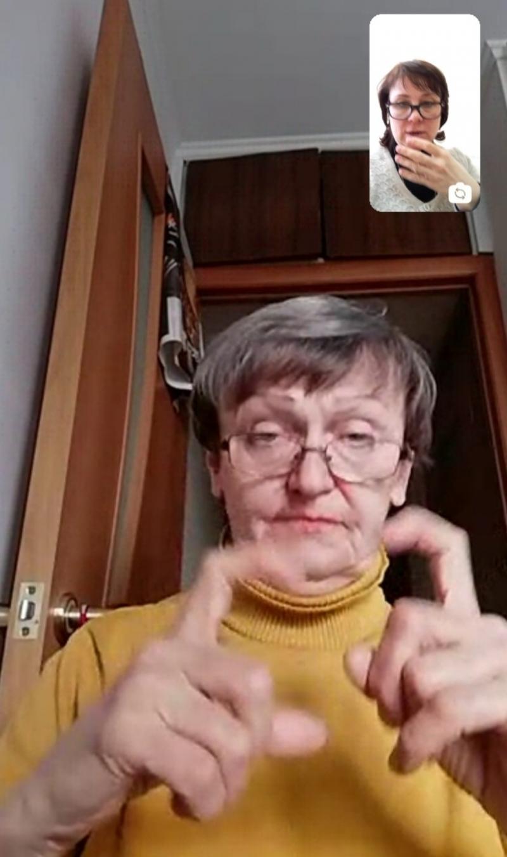 Проконсультировать по некоторым вопросам переводчик жестового языка может по видеозвонку.
