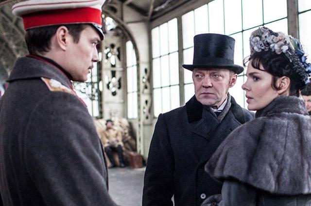 Анна Каренина (Елизавета Боярская), Алексей Вронский (Максим Матвеев) и Каренин (Виталий Кищенко).