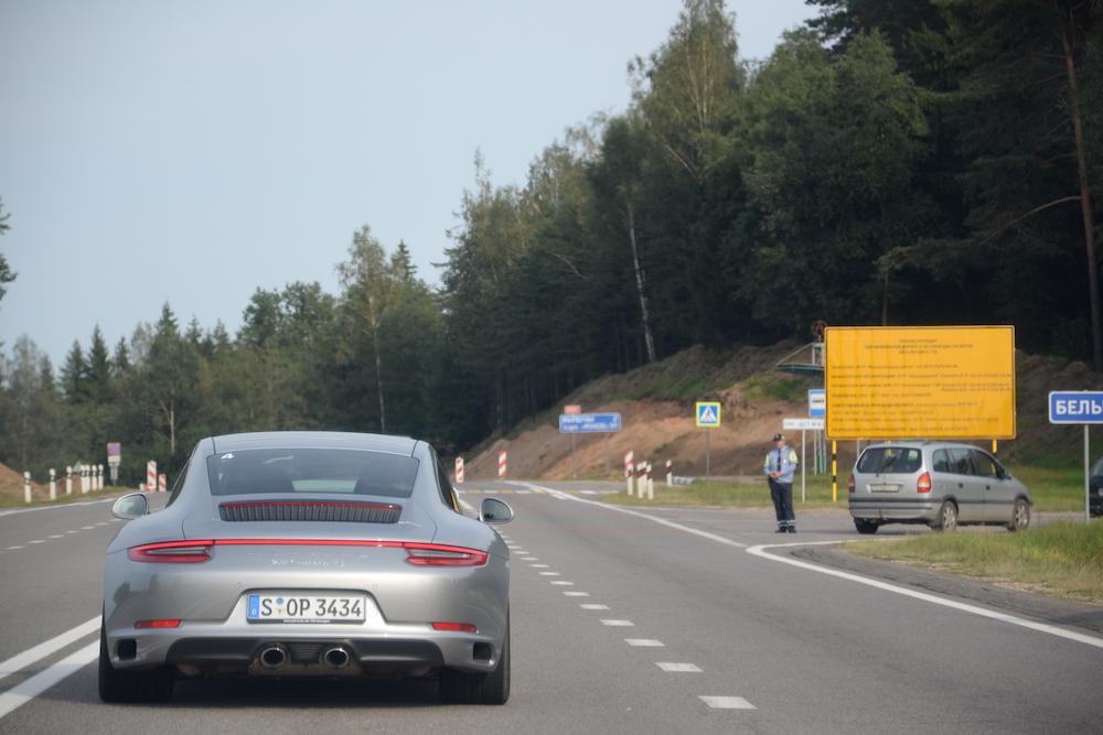 Наличие полного привода на  Porsche 911 Carrera 4S можно распознать по светодиодной полоске, которая соединяет заднюю оптику.