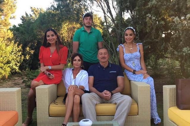 Ильхам Алиев с семьей.