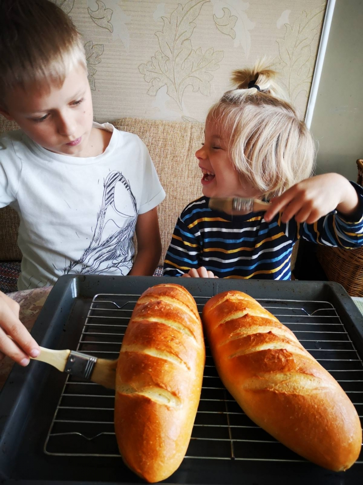 Детям тоже нравится выпекать.