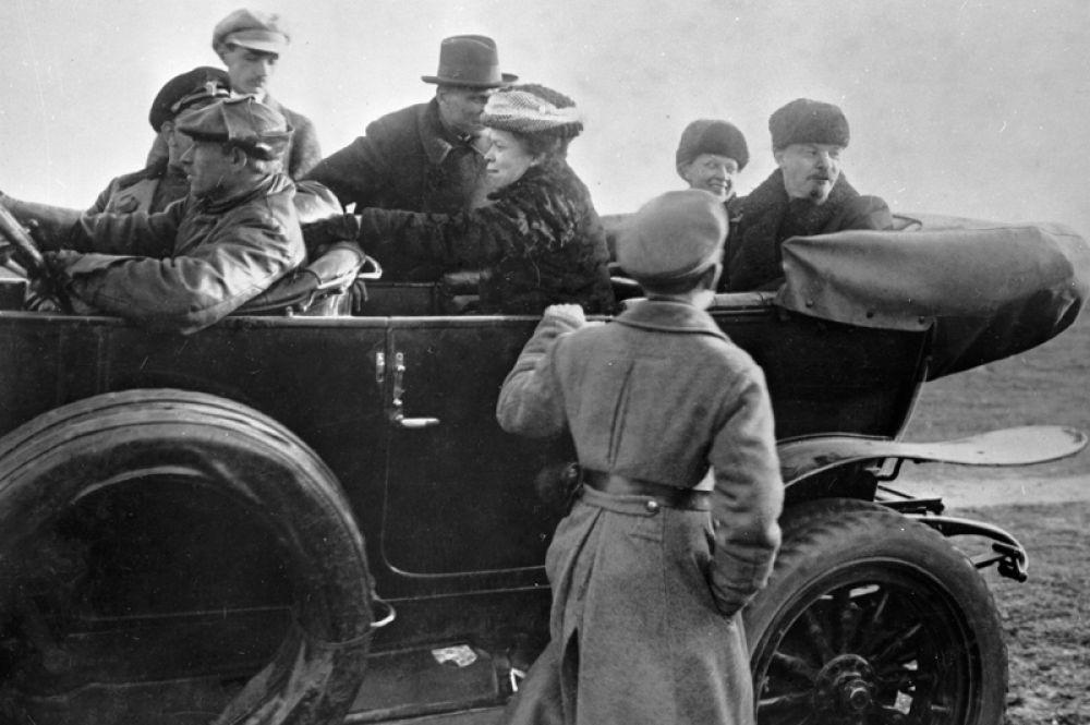 Владимир Ленин, Надежда Крупская и Мария Ульянова уезжают с Ходынского поля после военного парада.