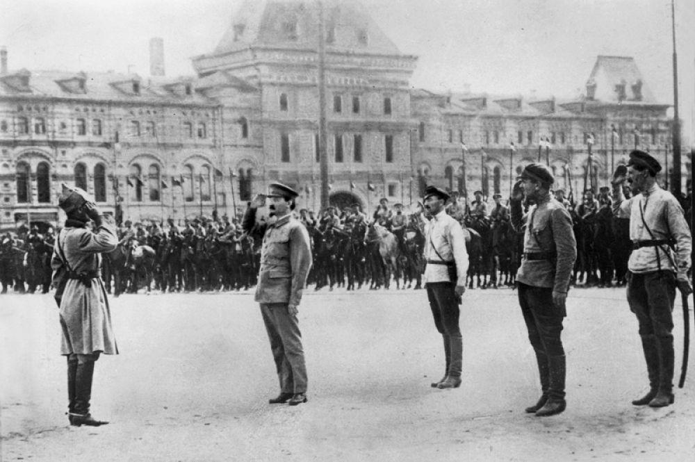 Лев Троцкий во время парада Красной Армии.