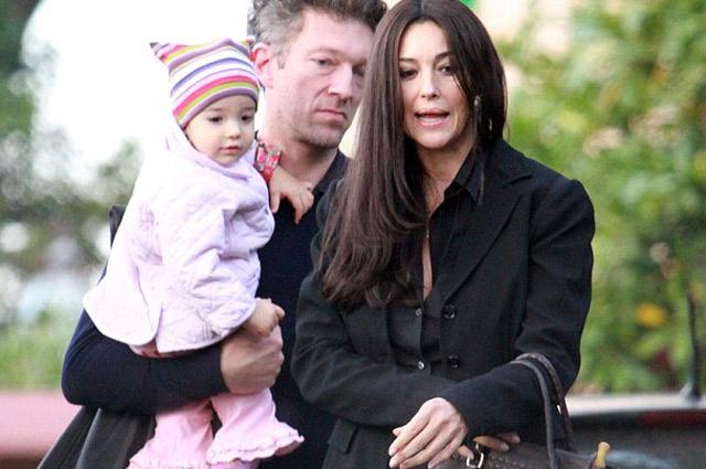 Венсан Кассель и Моника Беллуччи с младшей дочерью.
