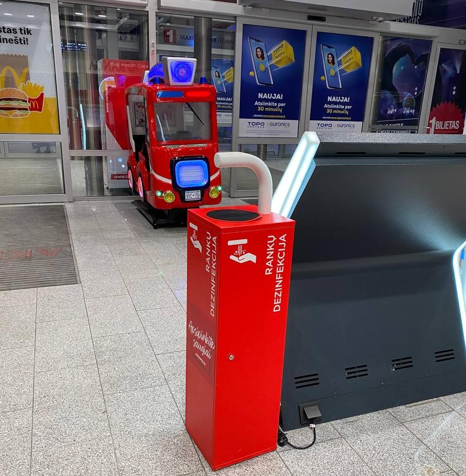 В супермаркетах установлены удобные дезинфекторы. Фото автора.