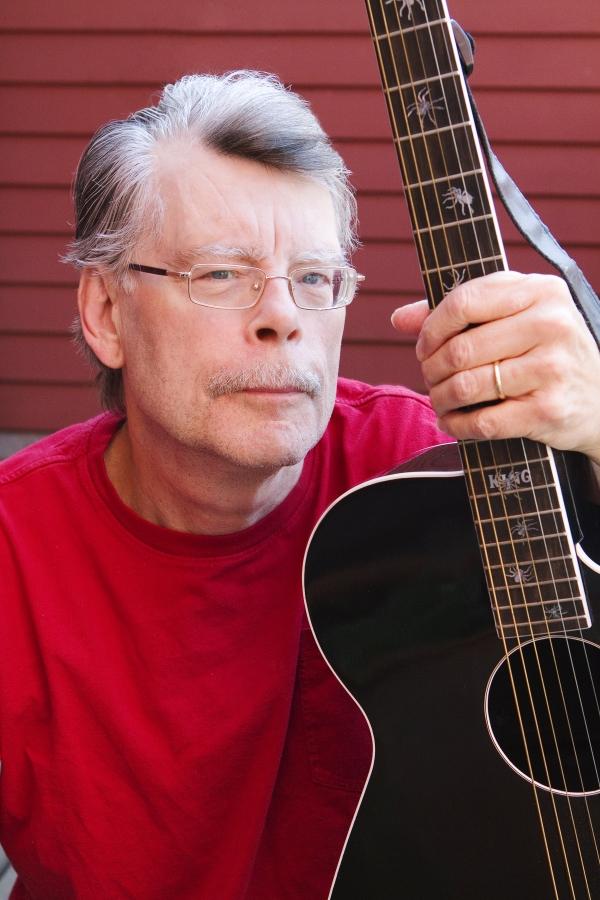 Стивен умудряется успевать все: и книги писать, и на гитаре играть.
