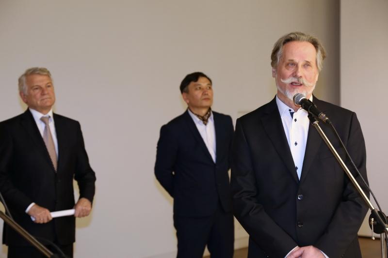 Член Союза художников Беларуси, лауреат государственной премии Республики Беларусь, куратор выставки, профессор Виктор Альшевский