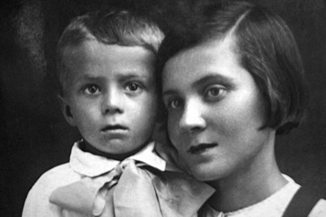 Толя Кашпировский с мамой Ядвигой Николаевной, 1942 год.