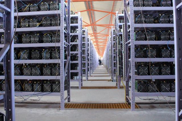 Так выглядит одна из крупнейших в мире (покрывает около 80 гектаров земли) ферм по майнингу биткойнов, принадлежащая китайской инвест-платформе OXBTC.