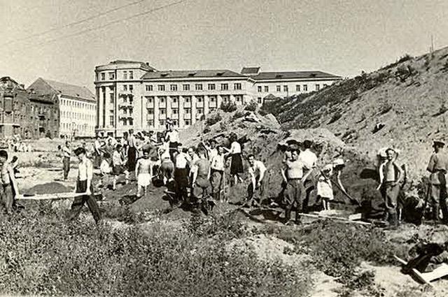 Стадион строили всем миром: каждый «динамовец» должен был отработать не менее 100 часов.