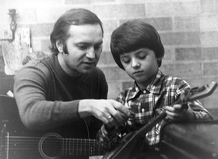 Сына Александра тоже научили играть: только не на семиструнной гитаре, как у отца, а на шестиструнной.