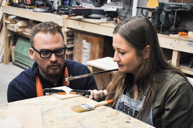 Директор столярной мастерской Дмитрий Бахвалов учит правильному обращению с инструментом