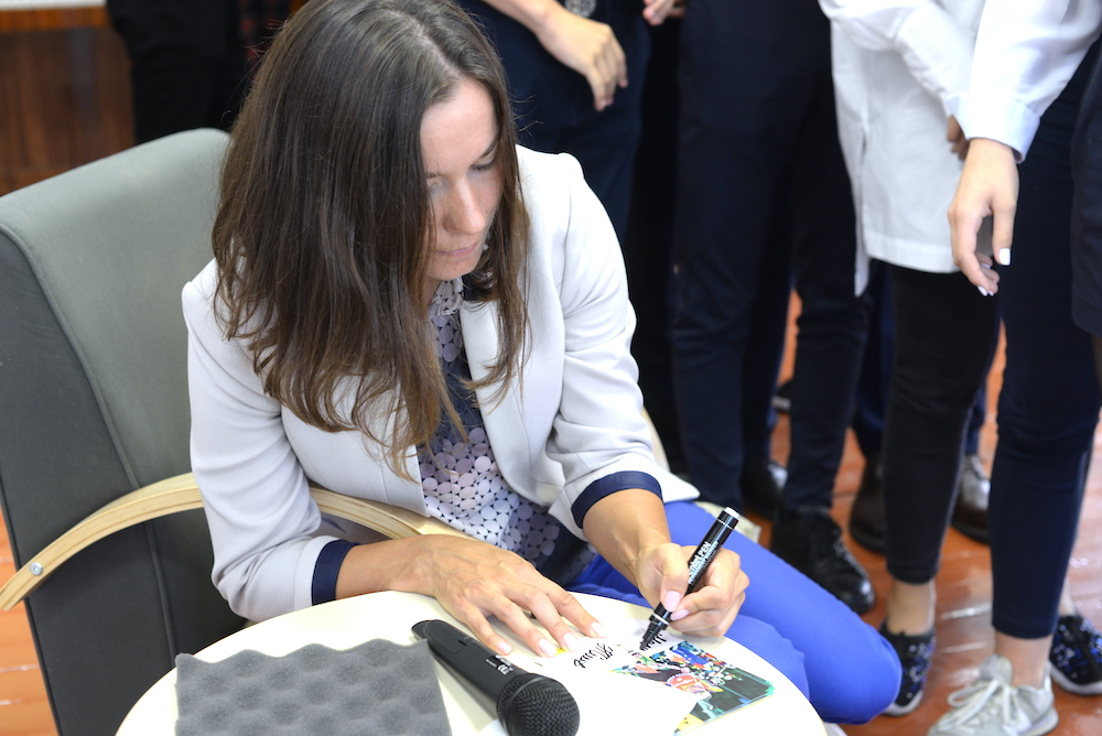 В конце встречи Надежда Скардино раздала всем желающим автографы.