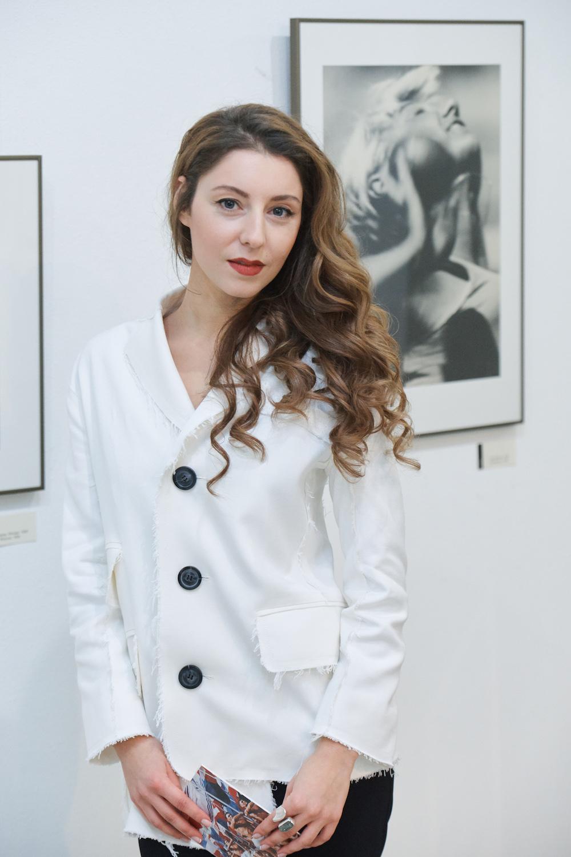 На фото: куратор выставки Майя Кацнельсон.