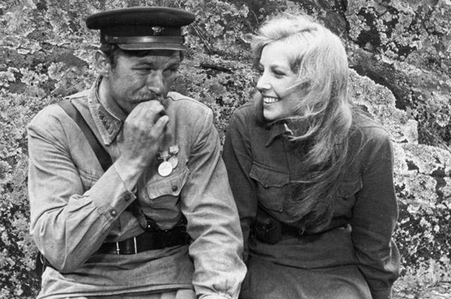 На съемках «Зорь» Ольге приписывали  роман с «застенчивым старшиной» Андреем Мартыновым.