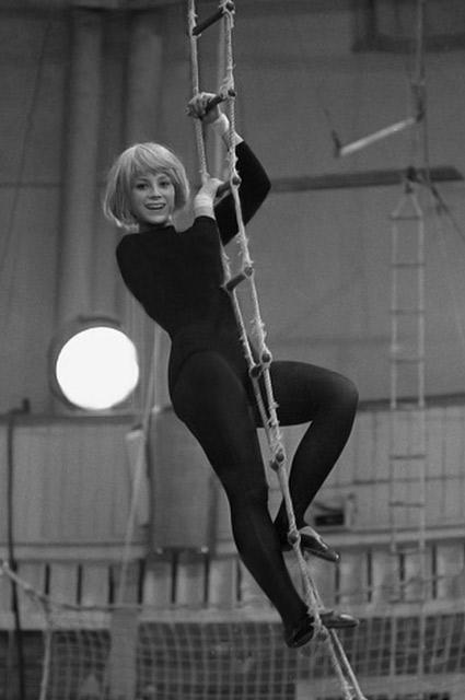 Юная циркачка Варлей очаровала не только партнера по номеру  Леонида Енгибарова, но и искушенных режиссеров.