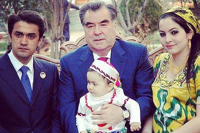 Рустами Эмомали, старший сын Президента, со своей женой фотографируются с отцом.