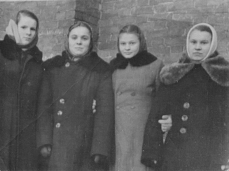 Антонина Шмаенкова - вторая справа