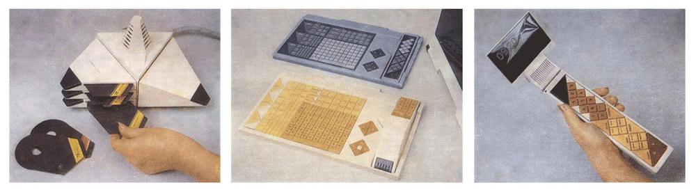 Слева — блок с центральным процессором СФИНКС. Посередине — два варианта большого пульта управления. Темный — сенсорный, в углублении имеет дополнительный малый ручной пульт. Светлый — псевдосенсорный, в углублении — телефонная трубка. Справа от клавиатуры — пара клавиш «больше — меньше» для регулировки любых параметров. Крайний справа — малый ручной пульт с пристыкованным дисплеем.